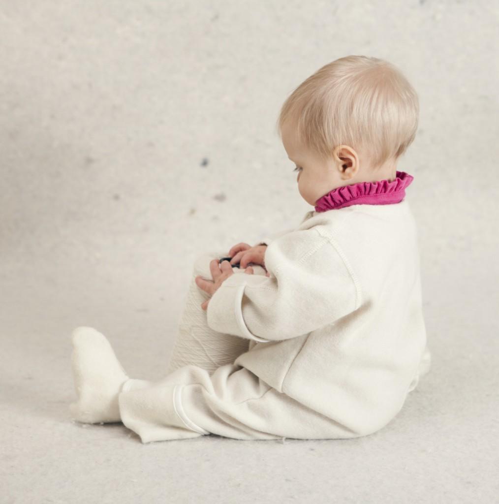 Baby uddragt uden hætte med barn fra siden