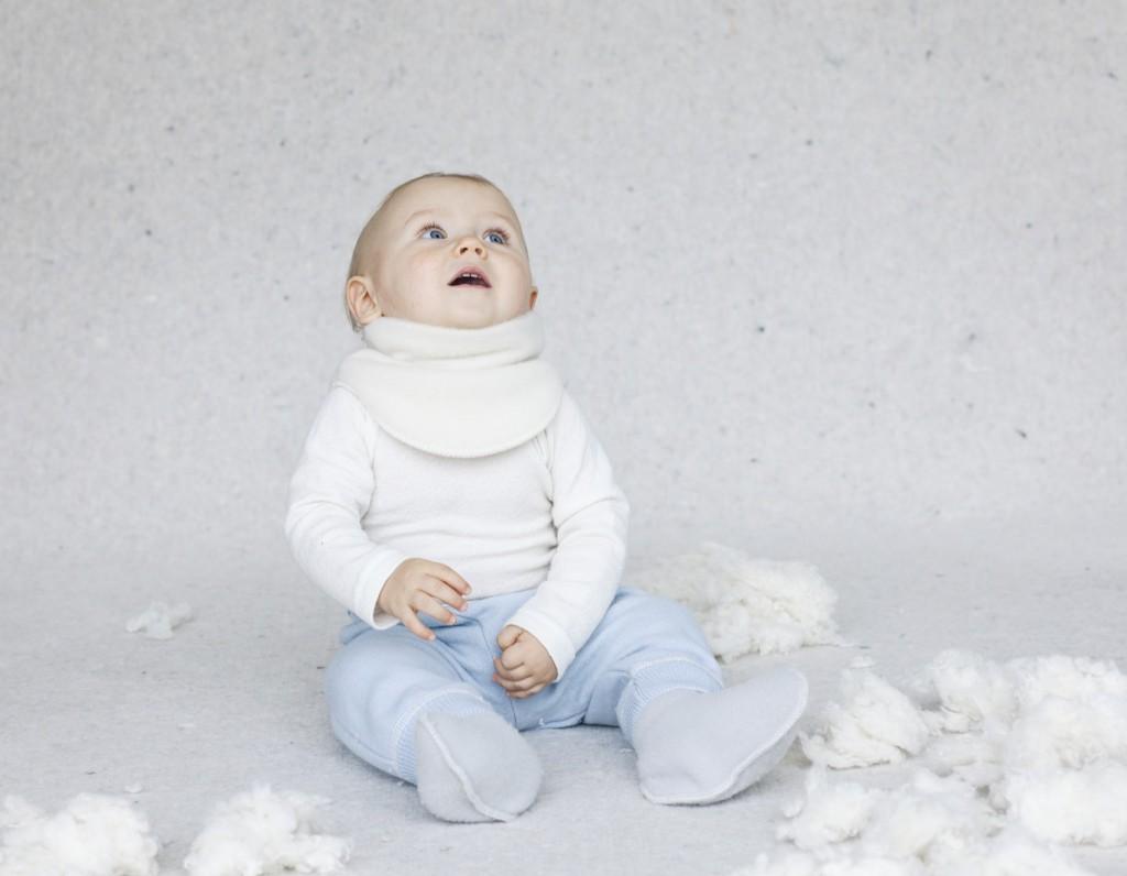 sød dreng med halsedisse i uld